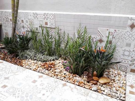 jardim com pedras coloridas