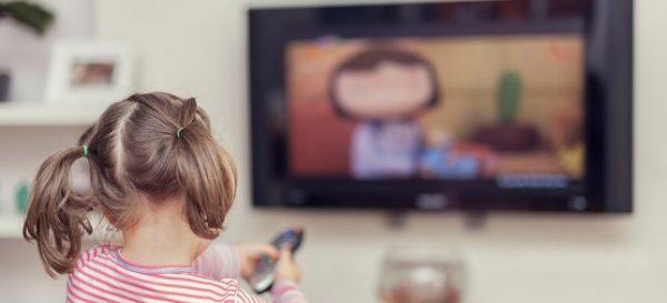 Criancinha assistindo televisão