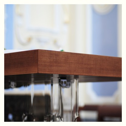 Altare da chiesa con piano in legno