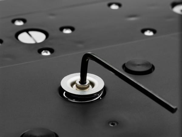 Na parte debaixo do produto é possível ajustar a pressão necessária para acionar os comandos.