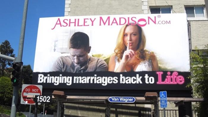 """Outdoor do site: """"Trazendo casamentos de volta à vida"""". (Foto: Daily Billboard Blod)"""