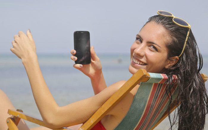 celular praia / pexels