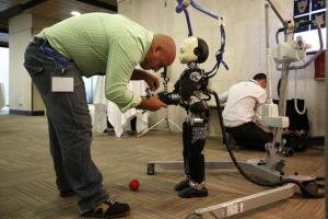 El Robot Icub del Instituto Italiano de Tecnología (IIT) reproduce el aprendizaje de los niños.  (SINC)