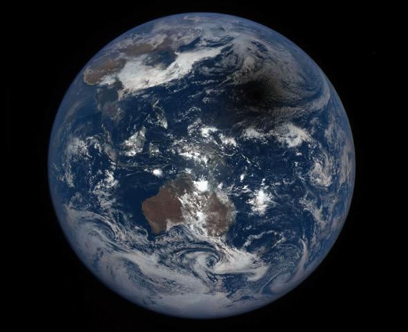La vista desde DSCOVR muestra la sombra de la Luna sobre la Tierra (parte superior derecha).