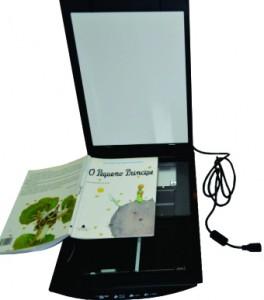 Scanner aberto com livro aberto sobre o equipamento para ser escaneado