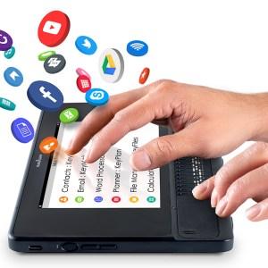 mão sobre a tela e vários ícones de aplicativios saltando da tela como facebook, you tube e outros