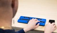 Jovem teclando no computador active braille