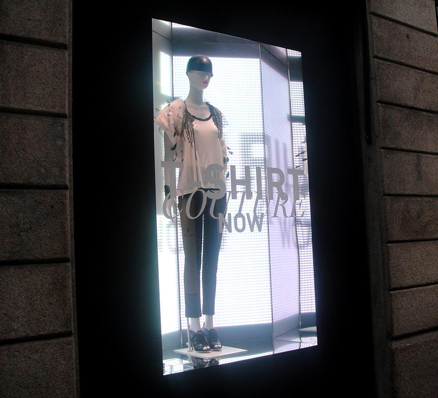 Scenografia LED vetrina digitale Valentino vetrinistica