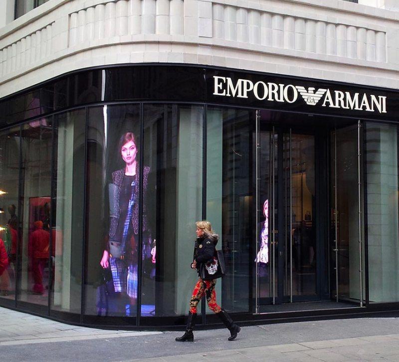 Vetrina digitale totem led alta luminosità vetrina negozio Armani
