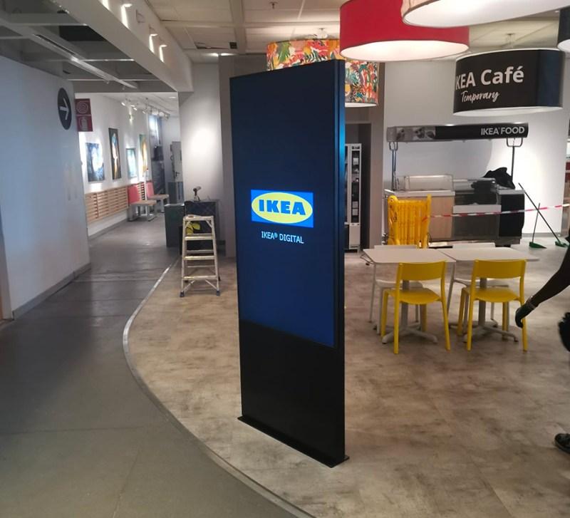 Totem indoor autoportante LCD 65 pollici Ikea digital signage