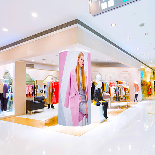 Ledwall indoor colonna digitale schermo LED flessibili curvabile scenografie Digital Signage in store showcase