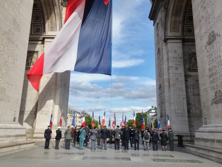 LGV266 2015-06-01 france paris arc de triomphe remembrance world war  ceremony flag monument 1 big small