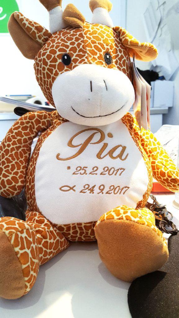 Giraffe mit Name und Geburtsdatum bestickt