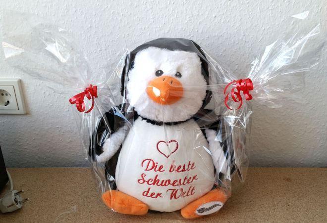 Plüschtier Pinguin mit Herzchen bestickt in Geschenkfolie