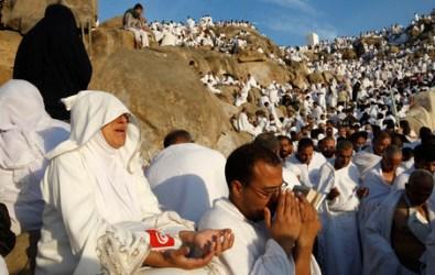 A zarándokok az Arafat-hegyen imádkoznak (Forrás: www.cleveland.com)