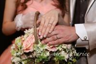 結婚指輪とブーケを記念撮影