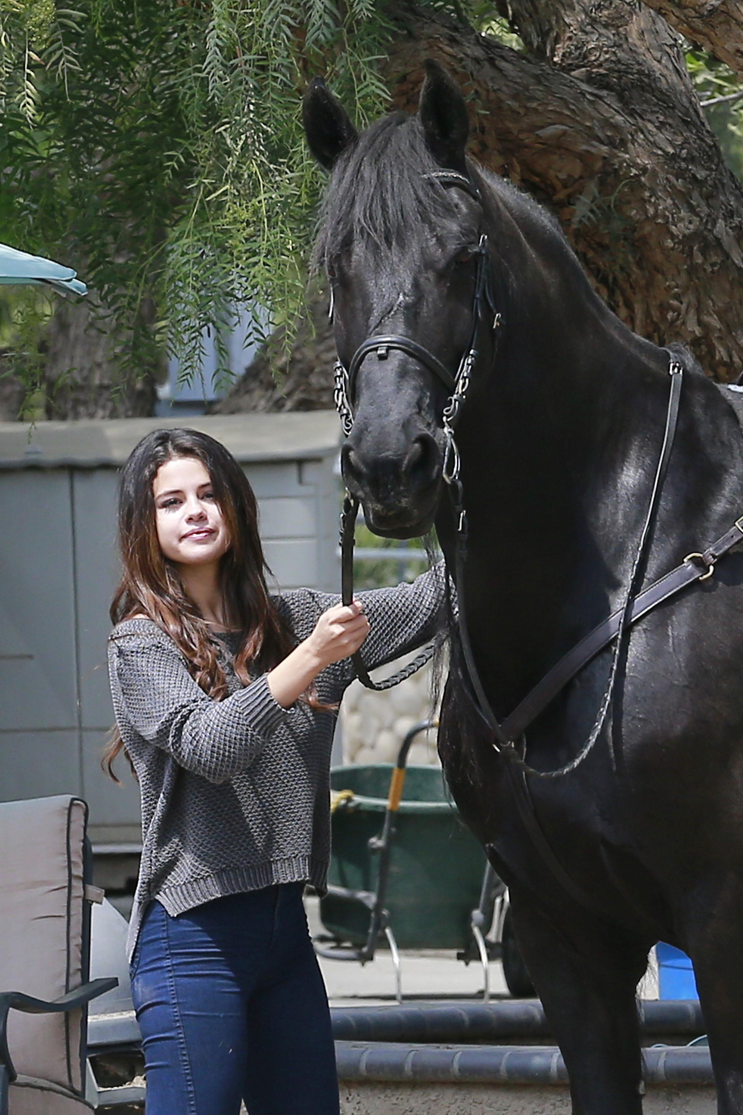 Giddy Up Selena Gomez Spends Her Friday On Horseback  See The Cute Pics  TeenInfoNet