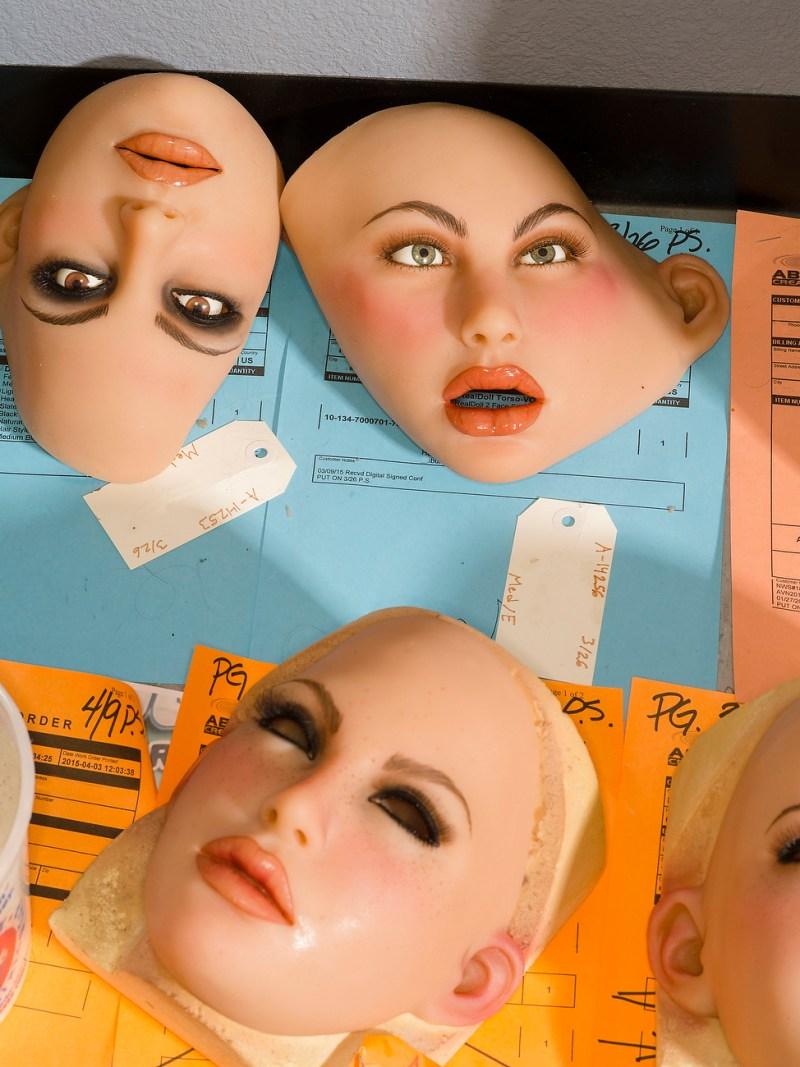 攝影師在大人娃娃工廠中拍了整個「讓人不敢直視」製造過程,看#19才知道為什麼這麼多人都愛它們比愛真人多!(兒童不宜)