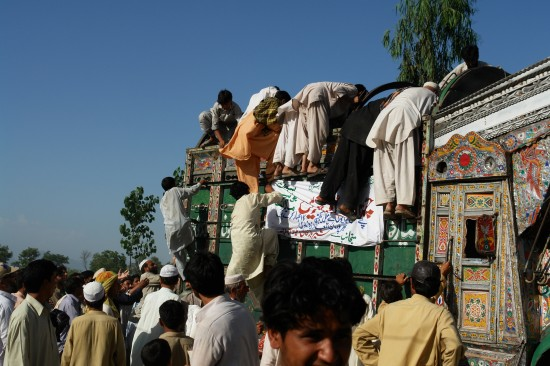 Relief truck being ransacked in Jalala Camp