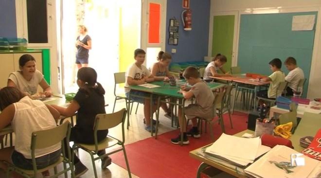 21/09 A classe amb Hugo i Alejandro, dos nens que han quedat desatesos al CEIP de Can Misses