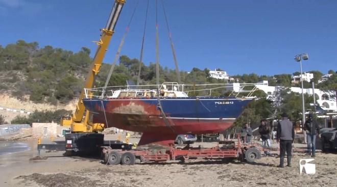 10/01 L'arena seca dificulta les tasques per treure un veler a Cala Vedella