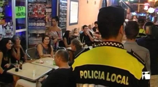 28/06 Amaga la droga al vàter d'una casa i agredeix a dos policies