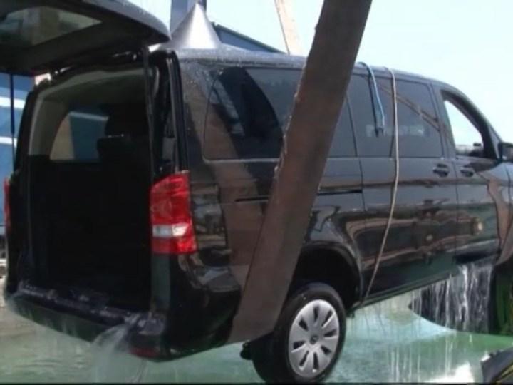 02/07 Una furgoneta cau a l'aigua de Marina Botafoch