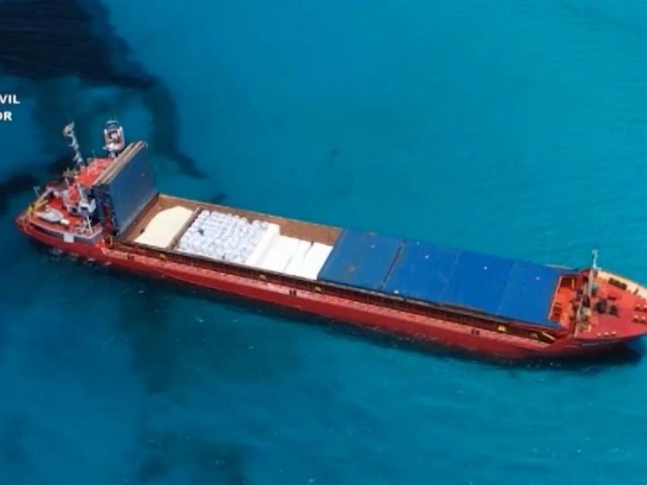 14/06/2021 Remolquen el vaixell de càrrega embarrancat a Migjorn