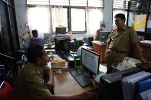 Sekot Kota kendari Alamsyan Lotunani saat melakukan pemantauan kinerja PNS-nya. FOTO : INT