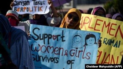 Aktivis mengambil bagian dalam acara memperingati Hari Perempuan Sedunia di Banda Aceh, Aceh, 8 Maret 2019. (Foto: AFP/Chaideer Mahyuddin)