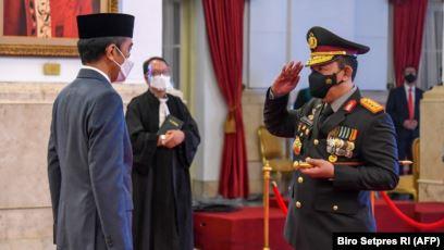 Presiden Jokowi Widodo melantik Jenderal Listyo Sigit Prabowo (kiri) sebagai Kapolri baru di Istana Presiden Jakarta, 27 Januari 2021. (Foto: Biro Setpres/AFP)