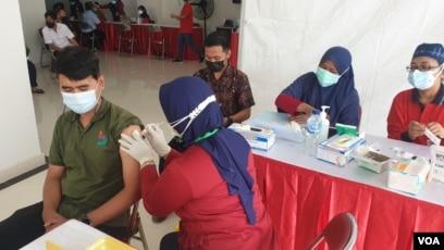 Ilustrasi, proses vaksinasi COVID-19 di RSUD dr. Soewandi Surabaya (foto Petrus Riski/VOA).
