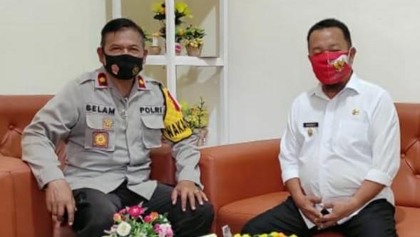 Waka Polres Konsel, Kompol Selam S.Ag SH (kiri) saat melaksanakan silaturahmi dengan Camat Andoolo, Makmur Silondae S.Sos (kanan). FOTO : HUMAS POLRES KONSEL