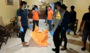 Seorang ibu rumah tangga (IRT) di Kolaka ditemukan meninggal dunia di dalam kamar hotel di Kolaka. Polisi saat mengevakuasi mayat korban