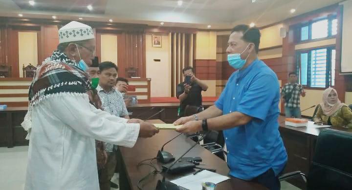 Masyarakat Lengora serahkan dokumen lahan tanah yang diserobot PT REI kepada ketua Komisi III DPRD Sultra, Kamis (14/1)