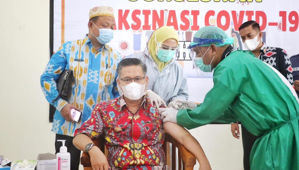 Wali Kota Kendari H. Sulkarnain Kadir, SE,. ME., jalani suntik vaksin sinovac tahap II di Gedung Private Medical Care Center (PMCC)