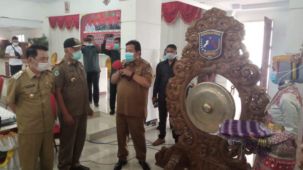 Bupati Muna, LM Rusman Emba membuka acara pencanangan vaksin di lingkup Pemkab Muna