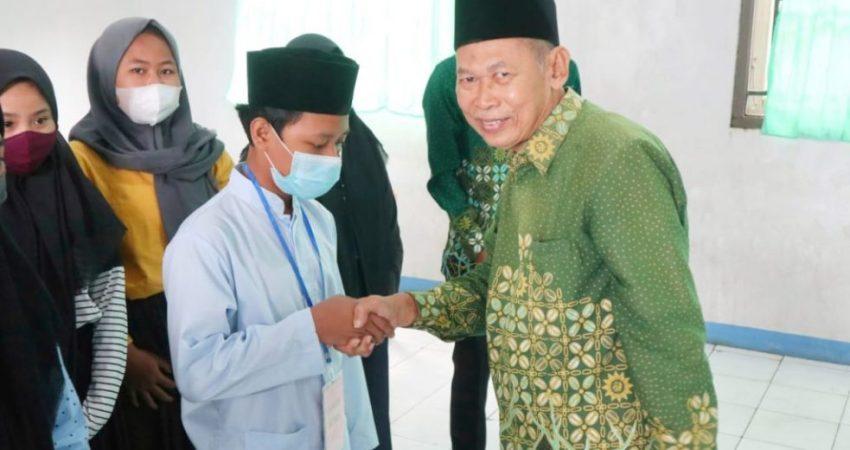 Ketua PDM Jepara berjabatan tangan dengan santri seusai peresmian
