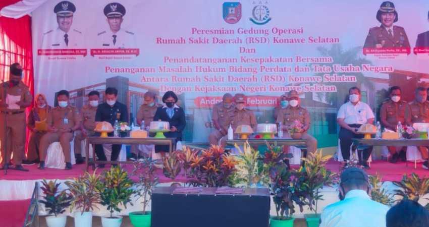 Bupati Konsel H Surunuddin Dangga (tengah) saat menghadiri acara persemian gedung operasi RSD Konsel