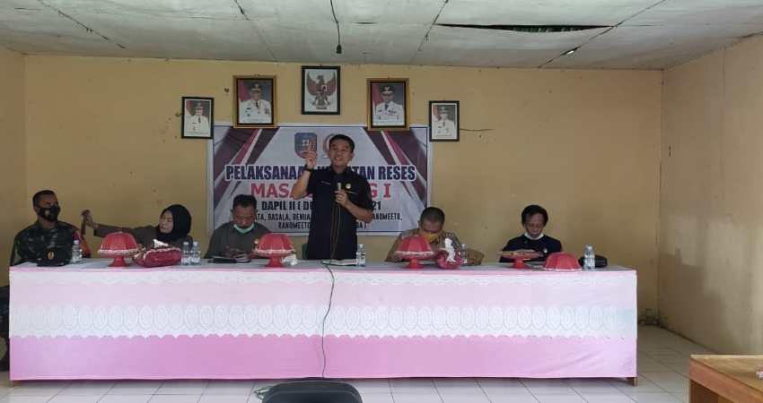 Ketua DPRD Konsel, Irham Kalenggo saat melaksanakan reses di Dapil II