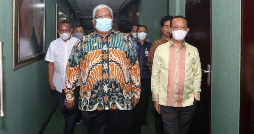 Gubernur Sultra, Ali Mazi dan Kepala BKPM, Bahlil Lahadalia saat memasuki gedung BKPM RI