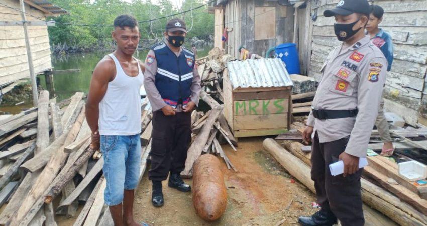 Anggota Polsek Kusambi saat melakukan pengecekan potongan diduga bom