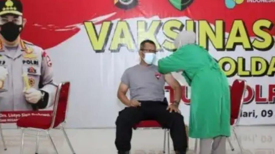 Wakapolda Sultra Saat menerima suntikan vaksin tahap pertama di lingkup Polda Sultra