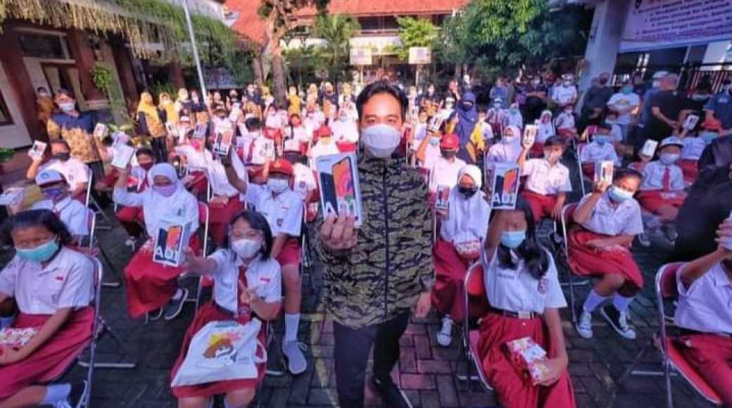 Wali Kota Surakarta, Gibran Rakabuming bersama siswa SD