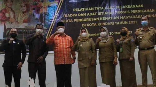 Foto bersama usai acara pembukaan prosesi adat istiadat masyarakat Muna