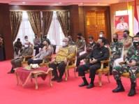 Gubernur Sultra didampingi ketua DPRD Sultra dan Forkopimda mengikuti acara secara virtual