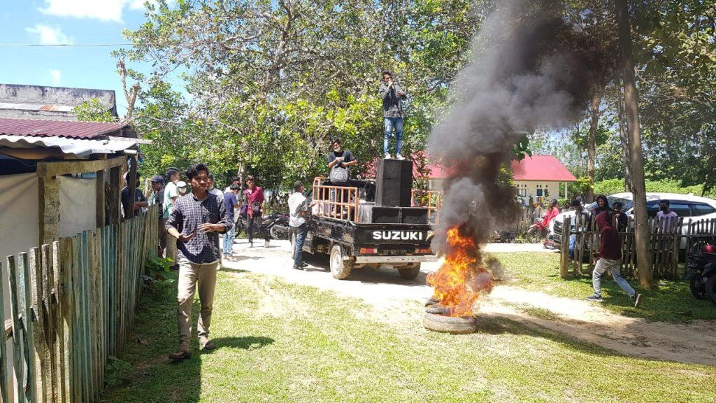 Demonstrasi di Depan Kantor DPRD Mubar
