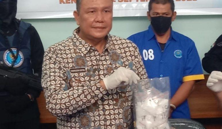 Kepala BNNP Sultra menunjukan barang bukti