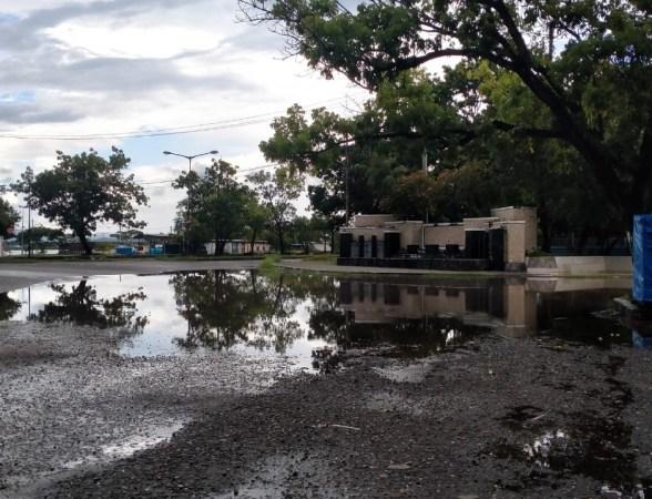 Kondisi Tugu Jati Raha yang tergenang air pasca hujan