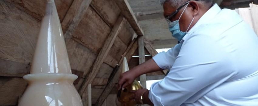 gubernur saat menyekar makam alamrhum ayahandanya gubernur sultra yang terletak di dalam masjid. Foto: Ewit Kominfo